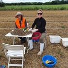 Regenwurmprobenahme August 2020 (4).  Maria Schnaitmann und Ixchel Hernandez werten die entnommen Bodenproben aus.  © Monika Joschko / ZALF